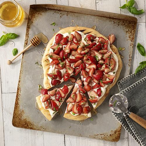 Postre de pizza a la parrilla con fresas y albahaca